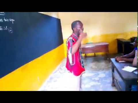 MEDIAGUINEE.COM// Un enseignant en classe, à l'école privée Koumandian Keïta