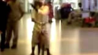 شايب عماني بسيكل في مطار مسقط