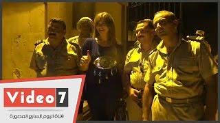 لقاء سويدان تلتقط صورا تذكارية مع رجال الجيش والشرطة عقب الإدلاء بصوتها