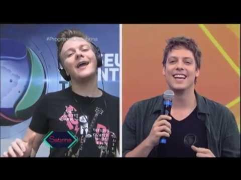 Fábio Porchat dá canja e canta sucesso de Michel Teló