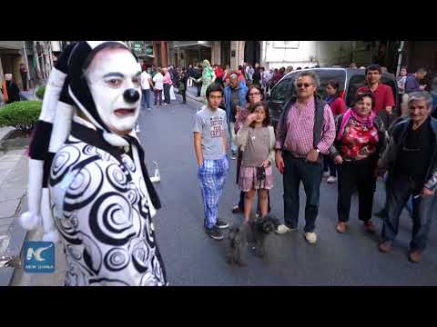 Living statues wow the crowds in Buenos Aires