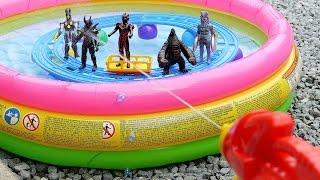 前回のプールの動画です→https://youtu.be/7vr-NapKVAg 今回はプールに浮かべたプラレールのレールの上にウルトラマンの怪獣の人形を乗せ水鉄砲でたお...