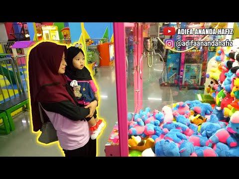 Adifa Main Capit Boneka Bareng Bunda Di Playground - Ada Banyak Boneka Boneka Lucu