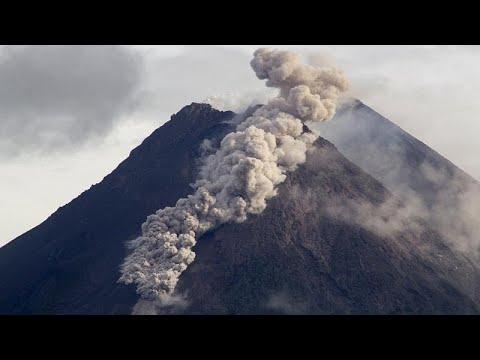 شاهد: جدول من الحمم يسيل من فوهة بركان ميرابي الإندونيسي …  - نشر قبل 17 دقيقة