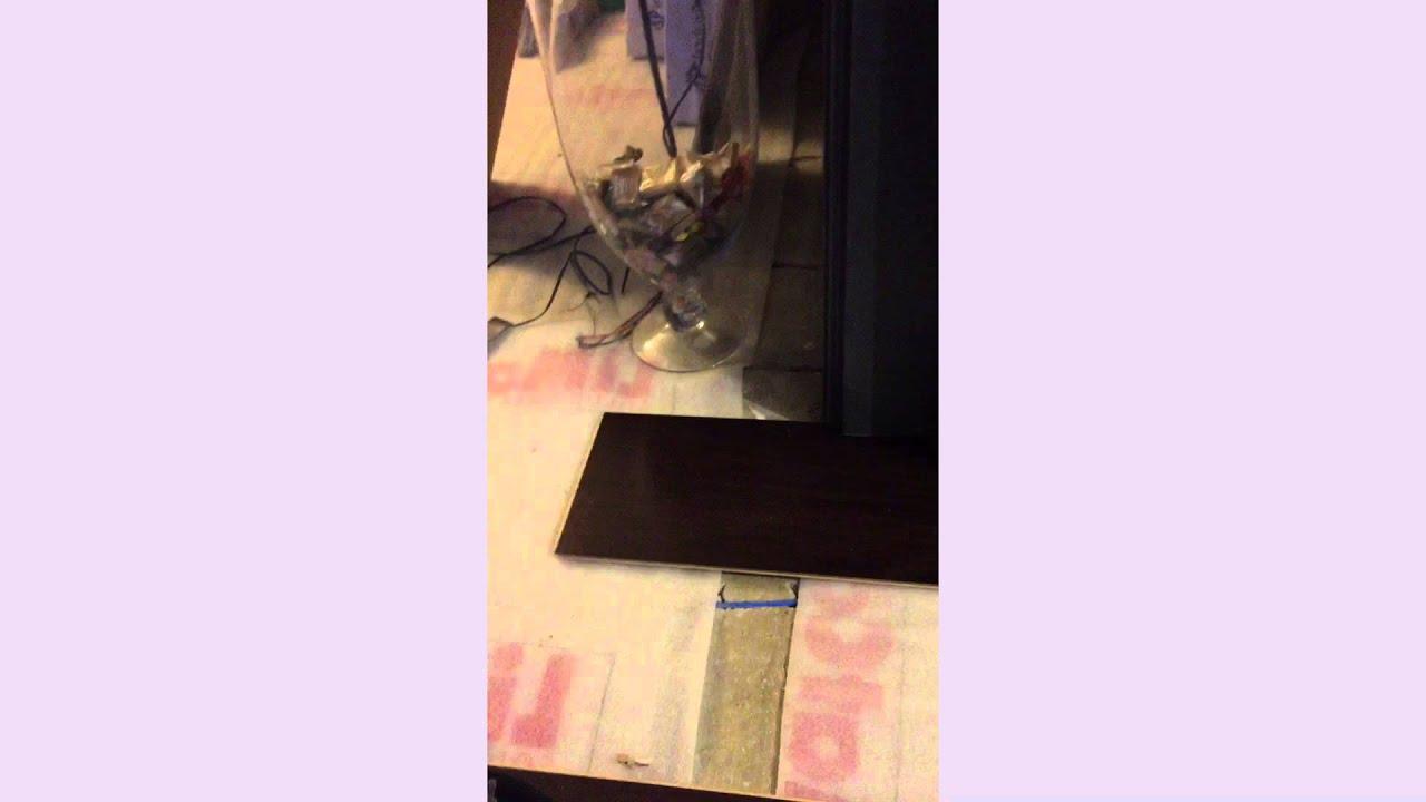 Como instalar un piso flotante bajo un marco de puerta - YouTube