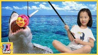사탕으로 바다속 젤리 물고기를 잡아봤어요! 츄파춥스 킨더조이 낚시로 물고기 젤리 먹방 [제이제이 튜브-JJ tube]