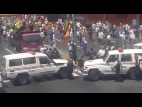 patada voladora a guardia nacional bolivariana GNB protesta venezuela