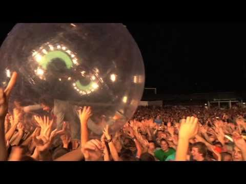 Wayne Coyne in a ball The flaming lips live HD 'Race for the Prize'