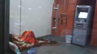 Download Video مواطن سعودي يبيت داخل صرافة في الرياض ـ حي النسيم الثلاثاء 6 3 1435هـ MP3 3GP MP4