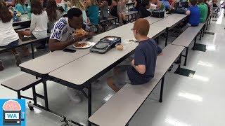 Ihr Sohn isst jeden Tag alleine – ein Football-Star setzte sich zu ihm und änderte sein Leben!