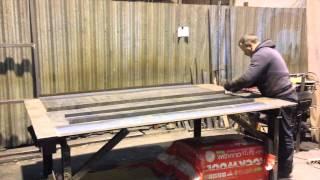 Как делают гнутосварные металлические двери СМК(В видео показанно как изготавливают металлическую дверь с помочью гибочного станка и сварки. Показанно..., 2013-11-29T12:37:27.000Z)