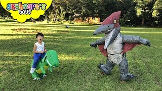 GIANT PTERODACTYL Flying in the Sky! Skyheart runs toys dinosaurs for kids action