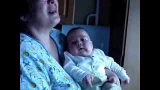Трехмесяцный ребенок смеется над молоком