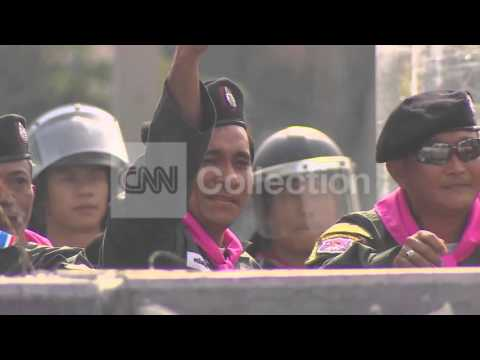 THAILAND:PROTESTERS AND POLICE SHOW NO ANIMOSITY