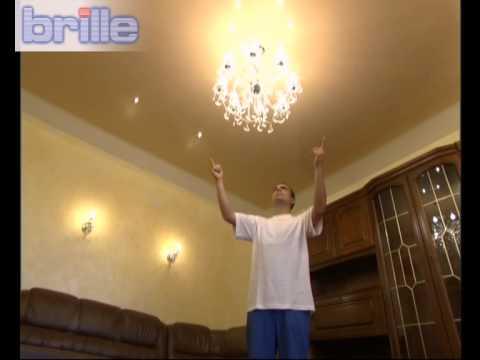 Большая хрустальная люстра и бра в освещении гостиной