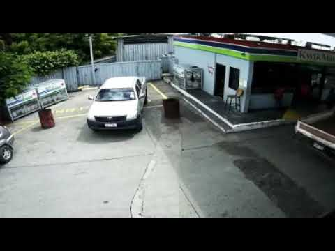 PNG ARMED ROBBERY TURNS INTO A GUNFIGHT AT 5 MILE, PORT MORESBY PAPUA NEW GUINEA