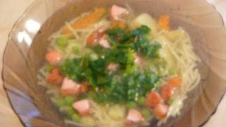 Быстрый суп с  сосисками, вермишелью  и зеленым горошком