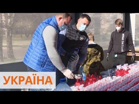 Факти ICTV: В Черкассах мужчина готовит антисептик и бесплатно раздает местным жителям