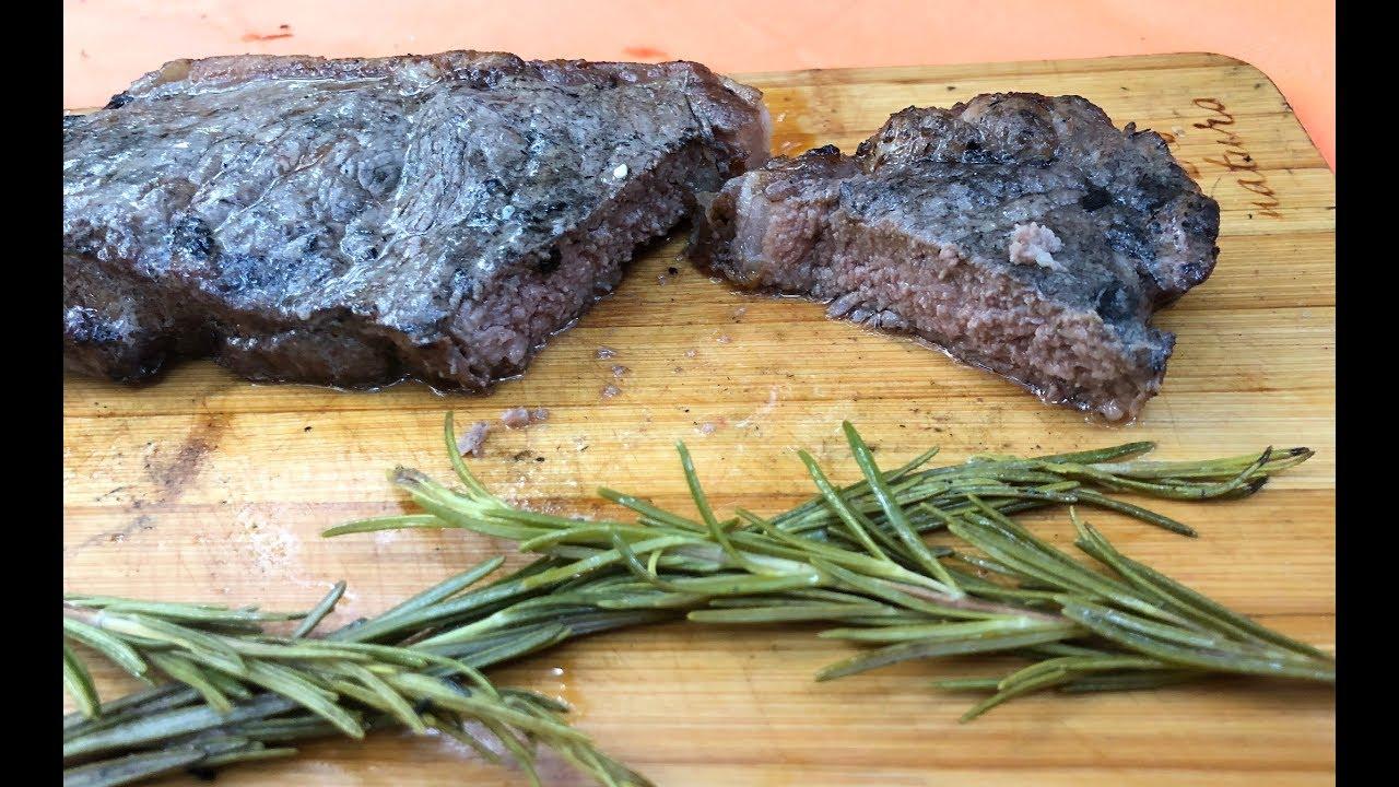 Грязный сочный стейк без крови   Мясо в углях