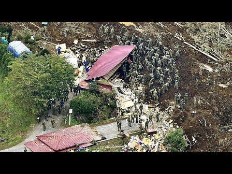 زلزال اليابان: شاهد عمال الإغاثة يبحثون عن ناجين وسط الأنقاض…  - 19:53-2018 / 9 / 7