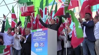 Centrodestra in piazza, Berlusconi sul palco: dalla piazza qualche fischio e i cori per