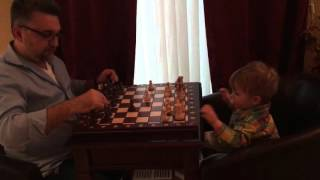 Папа и сын. Игра в шахматы.