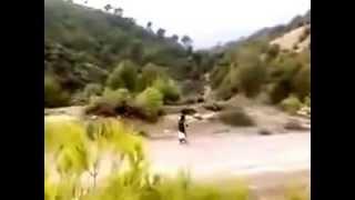 ارهابي يتحدى الجيش الجزائري و بحاوزته رضيع ناسف على الكلام +18