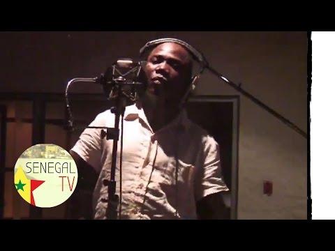Regardez Mapenda créer une chanson pour sa maman (Niaak Yaye)