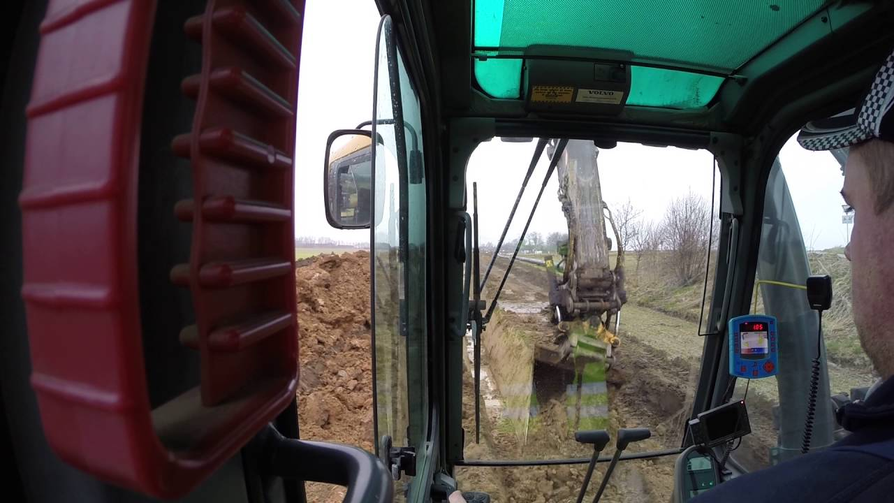 volvo 290 with rotortilt. digs a dich for pipeline