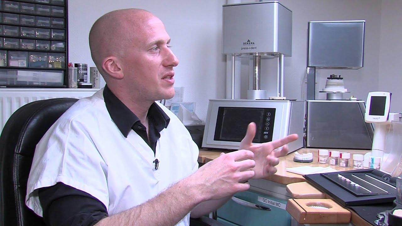 video metier prothesiste dentaire Le prothésiste dentaire fabrique des prothèses (couronnes, dentiers, appareils pour redresser les dents) à partir des empreintes prises par le dentiste, il.