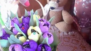Корзина тюльпанов с конфетками и чаем в подарок на 8 марта.Обзор.