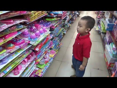 Bé đi siêu thị mua xe đồ chơi - Children Shoping buy Toy car