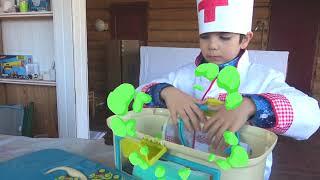 Андрей весело играет в профессию как доктор и лечит зубы динозавру  Дети на машине