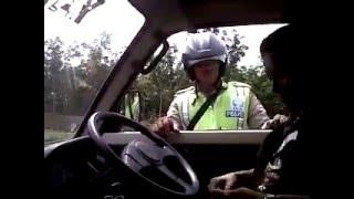 Terjadi Lagi,Oknum Polisi Minta Uang Jajan Sama Pengendara Mobil