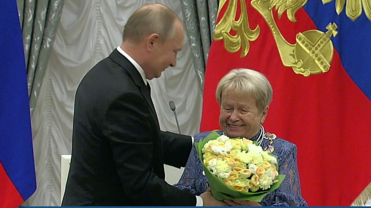 Владимир Путин вручает государственные награды за выдающиеся достижения в различных сферах.