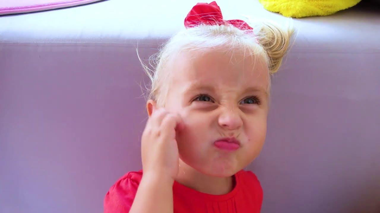 Alicia y la pequeña Eva van al mar con papá