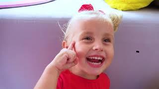 Alicia y la pequeña Eva van al mar con papá YouTube Videos