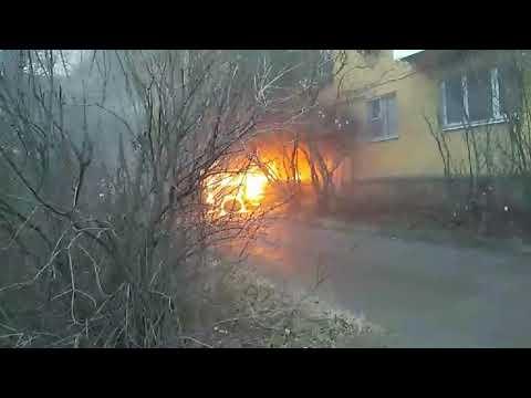 В центре Твери пожарные тушили загоревшийся автомобиль «Нива»