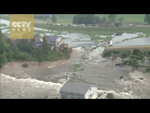 Flood collapses dike in central China