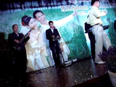 Chương trình ca nhạc với các ca sỹ của nhà hàng,chú rể hát,cô dâu tặng hoa.