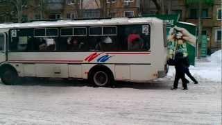 Автомобили после снегопада продолжают буксовать(3-ий день после снегопада: автобусы и машины буксуют даже на расчищенных центральных дорогах, т.к. под снегом..., 2013-01-28T13:13:55.000Z)
