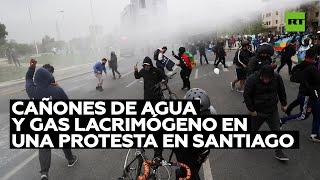Carabineros chilenos reprimen la protesta de Técnicos en Enfermería de Nivel Superior en Santiago