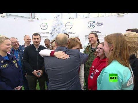 لفتة مؤثرة من بوتين أثناء لقائه المتطوعين الشباب  - نشر قبل 3 ساعة