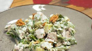 Салат с индейкой, сельдереем и малосольными огурчиками