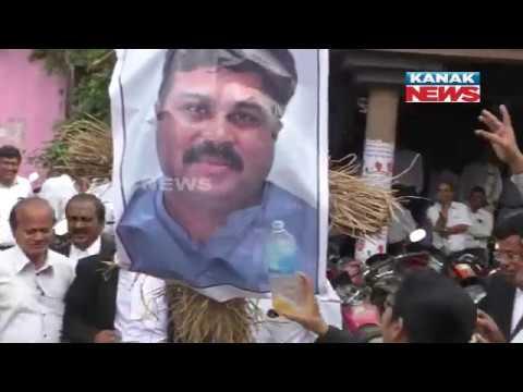 Lawyers Burn Effigy Of Dharmendra Pradhan In Bhadrak