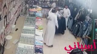 مضاربه بين يمني وسعودي في محل ملابس 2016