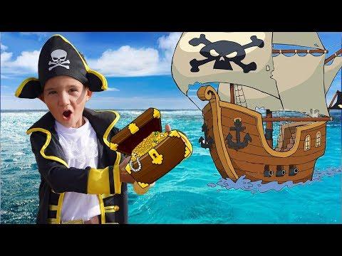 Максим играет в пиратов с мамой и ищет сокровища