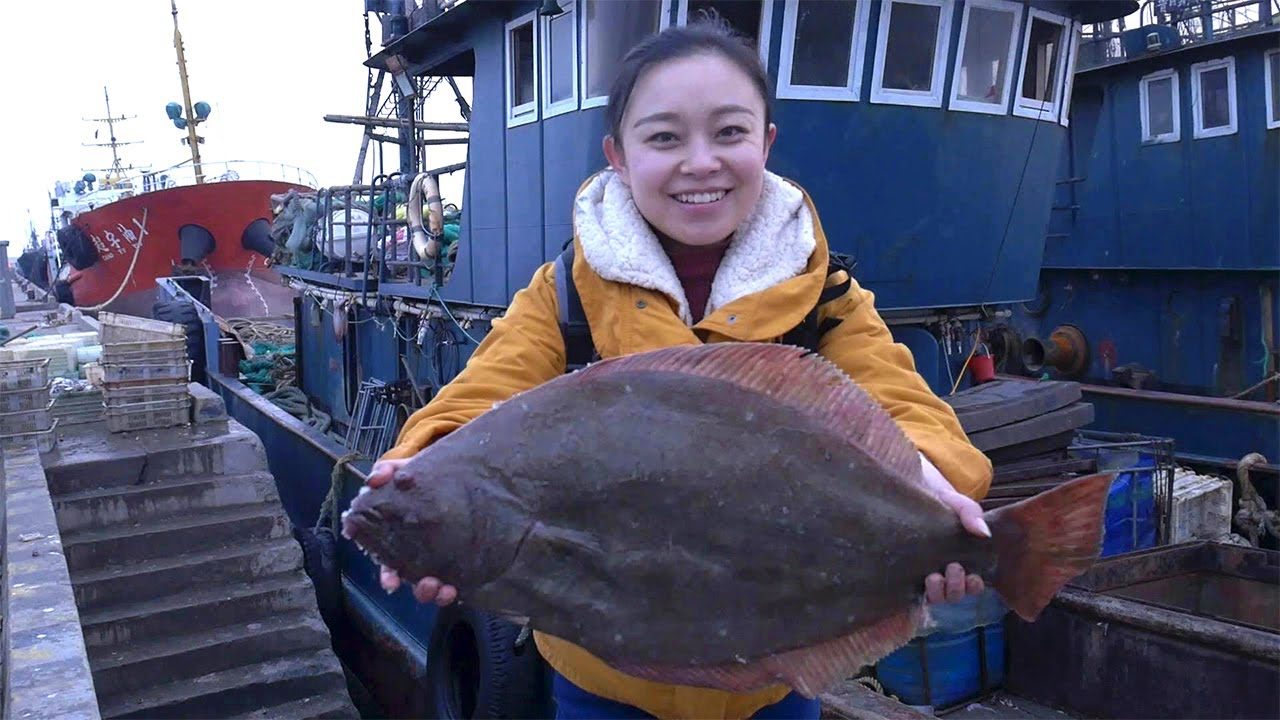 小章到老爸的渔船上参观,鱼货成箱堆积,比目鱼,寄居蟹,个个都是巨无霸【赶海小章】