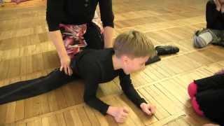 Как быстро сесть на шпагат / Stretching boy