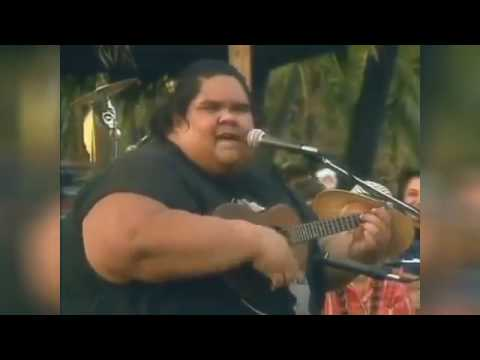 Tutti conoscono questa famosa canzone. Pochi sanno, però, chi fu a cantarla!
